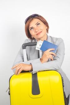 여권 및 수하물 여행에 행복 한 아름 다운 비즈니스 여자. 휴가 및 엔터테인먼트. 여행 할 장소를 검색합니다.