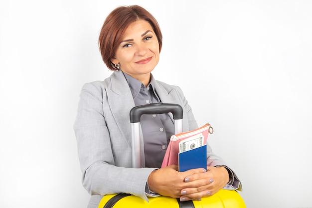 여권 및 수하물 여행에 행복 한 아름 다운 비즈니스 여자.