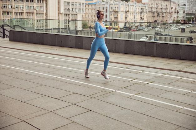 도시 도시에서 운동에서 행복 한 아름 다운 백인 여자