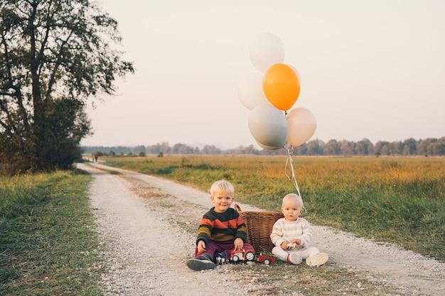 자연에서 노는 행복한 아름다운 아이들 형제와 자매 가을 공원 가족 야외