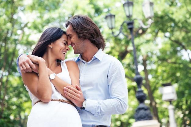 Счастливая красивая пара весело на открытом воздухе