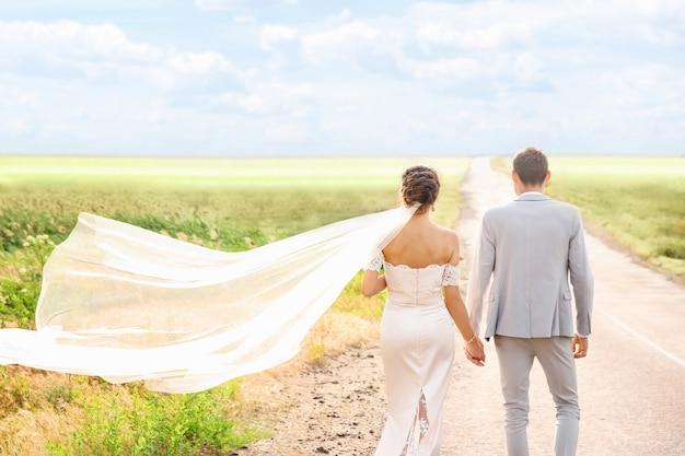 結婚式の日に、屋外で幸せな美しいカップル