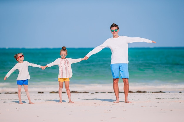 Счастливая красивая семья на тропическом пляже