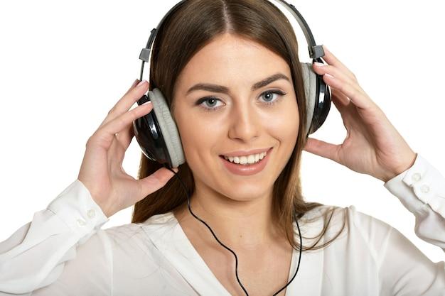 Счастливая красивая девушка, слушая музыку в наушниках.