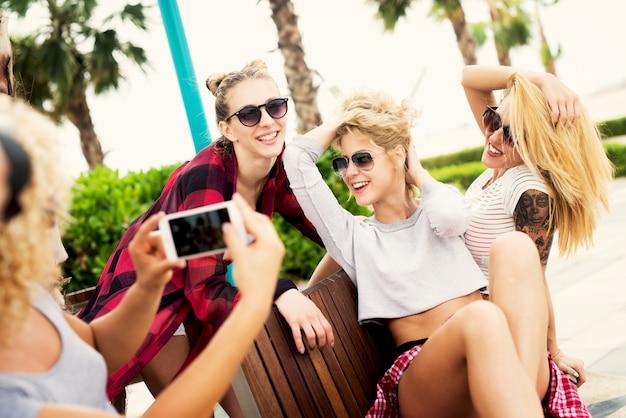 幸せな美しい女の子がお互いに写真を撮っています。