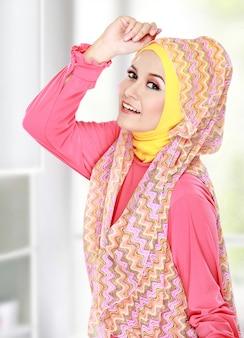 Счастливая красивая мусульманская женщина улыбается
