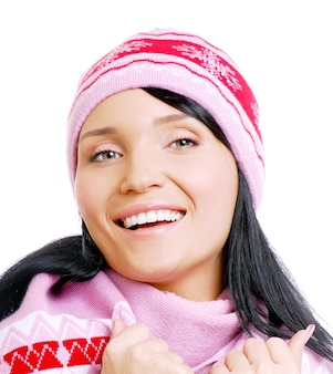 冬の帽子で幸せな美しい笑顔の女性