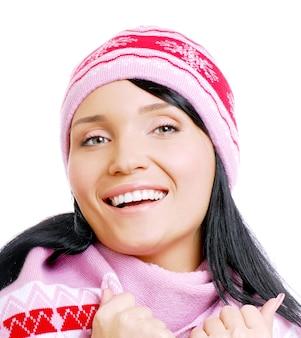 Felice bella donna sorridente in cappello invernale