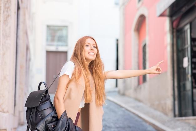 Счастливый красивый путешественник, путешествующий пешком по городской дороге