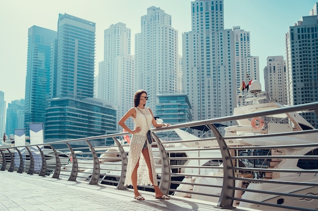 두바이에서 즐기는 유행 여름 흰 드레스에 행복 아름다운 인식 할 수없는 관광 여자