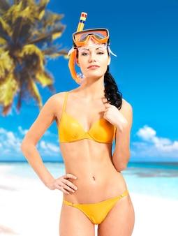 Счастливая красивая женщина, наслаждаясь на пляже.