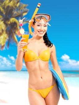 Bella donna felice che gode alla spiaggia.
