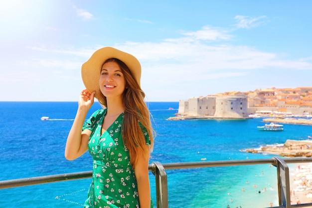 地中海で彼女のクルーズを楽しんで幸せな美しい女性。ドゥブロヴニク、クロアチア、ヨーロッパで彼女の夏休みを楽しんでいる旅行者の女の子の笑顔。