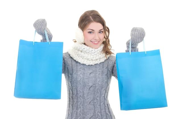 Счастливая красивая женщина в зимней одежде с хозяйственными сумками