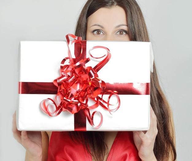 幸せな美しい女性が彼女に贈り物にキスします。
