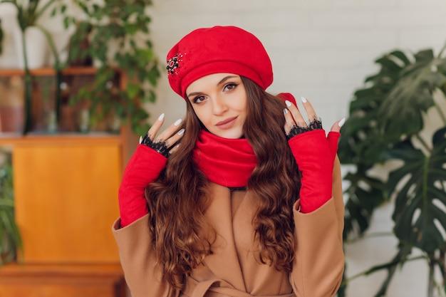 흥분 옆으로보고 행복 한 아름 다운 여자입니다. 따뜻한 니트 모자와 장갑을 착용하는 소녀.