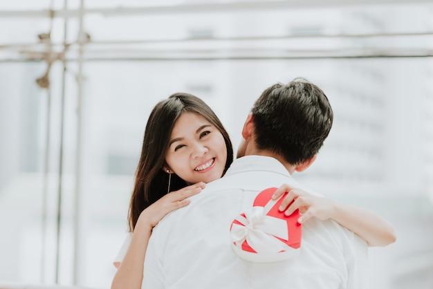彼女のボーイフレンドを受け入れている、美しい若いアジア人の女性