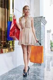 주말에 부티크에서 쇼핑을 즐기는 행복 한 아름 다운 젊은 아시아 여자