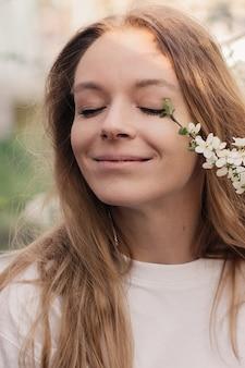 花が咲く幸せな美しい若い女性