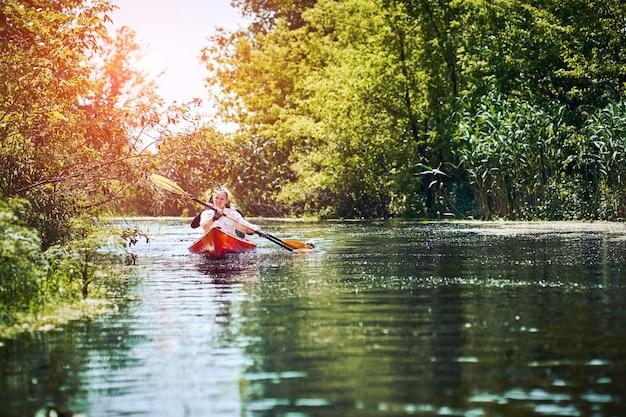 카약에서 즐거운 시간을 보내는 행복한 가장 친한 친구. 강에서 카약.