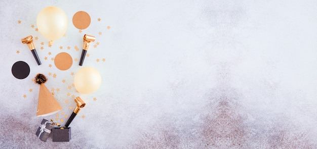 お誕生日おめでとうと金の装飾、風船、紙吹雪とギフトの背景。パノラマのお祭りの背景