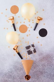 金の装飾、風船、紙吹雪と幸せな誕生日とギフトの背景
