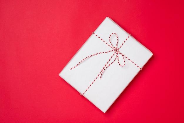 빨간색 배경에 생일 및 선물 상자