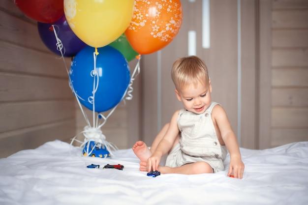 풍선 가지고 노는 생일 축 하 아기