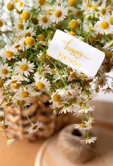 바구니와 함께 생일 축하 꽃다발