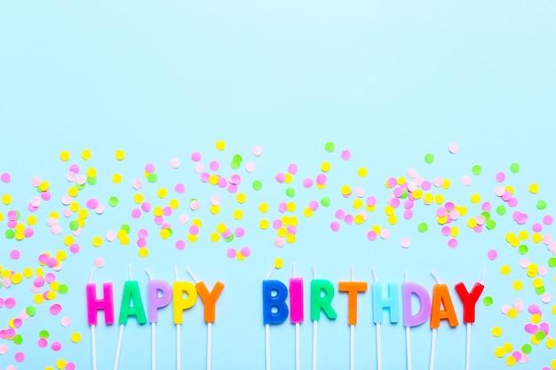 С днем рождения свечи и конфетти на синем