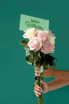 Biglietto di buon compleanno con composizione floreale