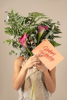 Открытка с днем рождения с ассортиментом цветов