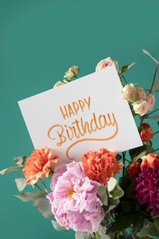 Biglietto di buon compleanno con composizione di fiori
