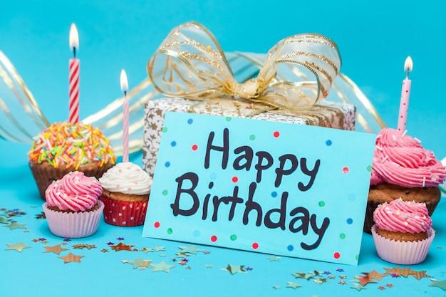 プレゼントとカップケーキとお誕生日おめでとうカード