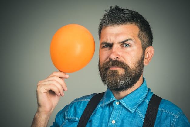 С днем рождения концепция празднования отца с оранжевым воздушным шаром стильный мужчина с бородой и усами в