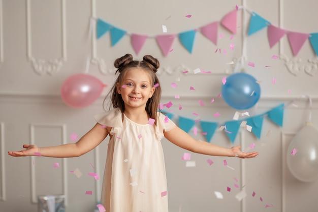 紙吹雪の幸せな誕生日の子供の女の子