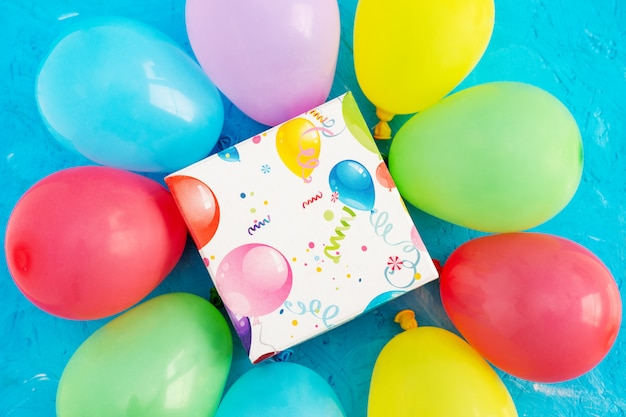 생일 축하 해요. 컬러 풍선 및 파란색 배경에 선물 상자, 복사 공간