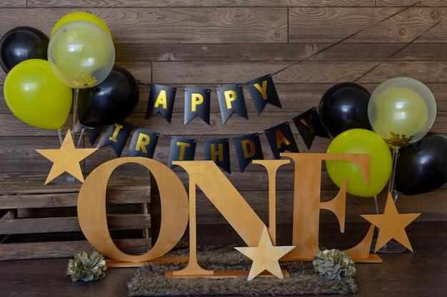 Поздравление с днем рождения годовалого ребенка в темно-коричневых и золотых тонах с желтыми воздушными шарами