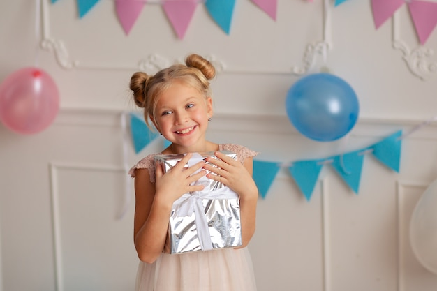 彼女の手のギフトを持つお誕生日おめでとう女の子
