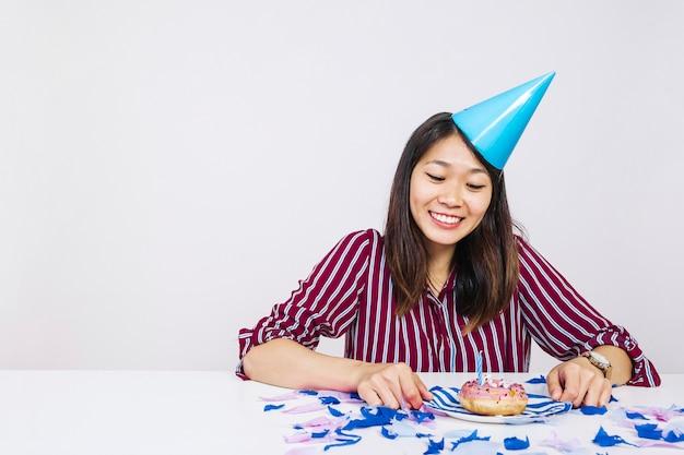 Buon compleanno ragazza con ciambella