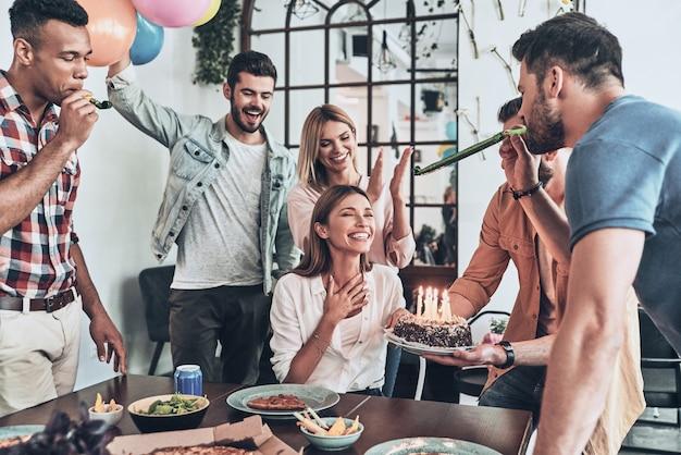 С днем рождения! группа счастливых людей празднует день рождения среди друзей и улыбается