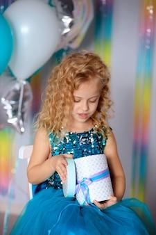 생일 축하! 우아한 드레스에 행복 한 아이 소녀