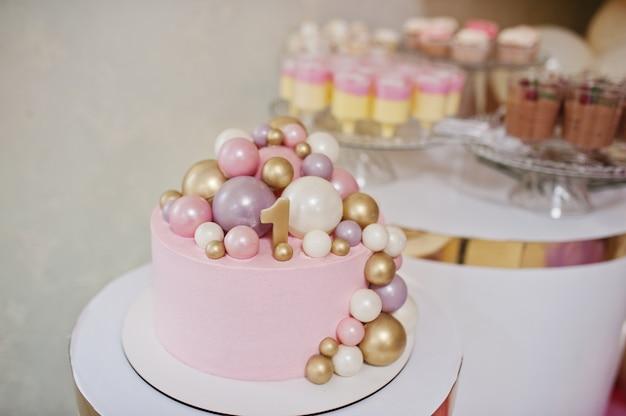 誕生日おめでとう。キャンドルとホリデーケーキ。一番上に1つある最初のバースデーケーキ