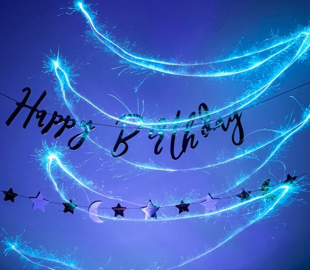 お誕生日おめでとうパーティーの看板が壁に掛かっています。誕生日の装飾
