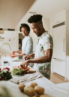 부엌에서 요리하는 행복한 흑인 커플