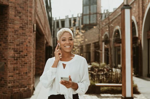 Счастливая черная женщина на своем телефоне