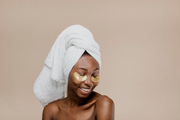 황금 눈 마스크를 쓴 행복한 흑인 여성