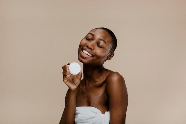 컨테이너 모형을 가진 행복한 흑인 여성