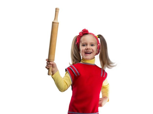 롤링 핀 미소와 함께 행복 한 금발 소녀 흰색 표면 위에 절연