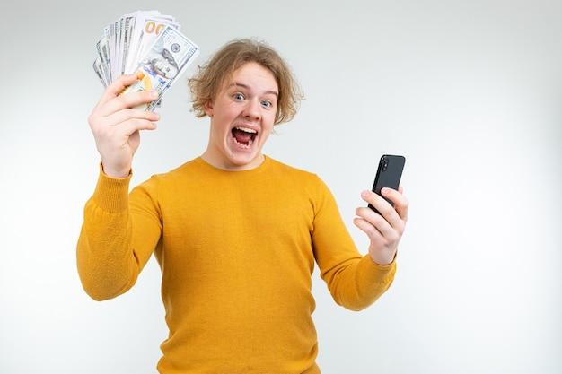 Счастливый блондин держит свою зарплату